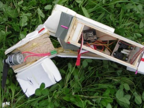 Balzové lišty a najmä prepážka baterie ochránili vnútro.