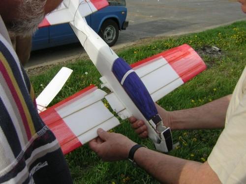 Tucano postavené podľa plánu na balzovú verziu z Depronu. Konštrukčná chyba v krídle poslala dobre lietajúci model k zemi asi po dvoch minútach. Model je ľahko opraviteľný a určite nebude jediný v klube (15.4.2007)