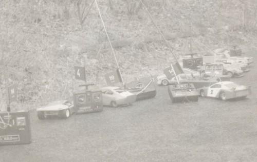 Pretekárske depo na jednom z pretekov, dnes už si nepamätám, kde. Moja je druhá zľava Škoda 130 a za ňou vysielač Modela T6 AM 27