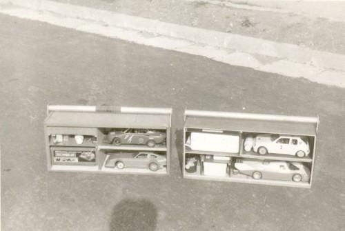 Takéto boxy na dve autá, vysielač  a príslušenstvo sme si postavili s Mirom Kulichom na transport áut na preteky. Vážilo to plné okolo 15 kilo. Môj box je ten pravý, spodné Porsche ale nebolo moje.
