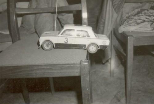Môj prvý RC model auta Lada s papierovou karosériou a motorom Mabuchi 380 (dnes Speed 400) a dve ploché batérie po 4,5 V. Dvojstupňová prevodovka využívala ozubené kolesá z dráhových modelov. Stavané podľa plániku Modelář. Fotografia je z prvého preteku v Dome Kultúry ROH v Banskej Bystrici 18. marca 1984.