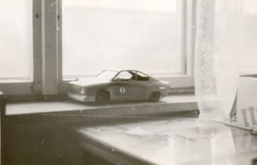 Model Škoda 130 RS nasledoval po Lade. Ozubený diferenciál, laminátové šasí, laminátová karoséria, mechanický regulátor rýchlosti motora Mabuchi 380. Auto jazdilo 27 km/h. To boli časy...