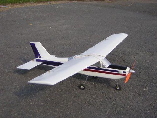 """Model z Depronu, pohon MIG 400 6V a prevod 3:1 na sedemčlánok GP1100. Rozpätie podľa autora, Mira Š.: """"Menšie ako Junior"""". Ovládané smerovka, výškovka, krídelká, motor"""