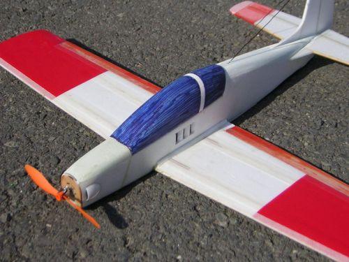 Pod kabínou je výstup vzduchu od motora, regulátora a batérií