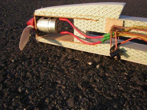 Upevnenie motora MIG 400/7,2 V na bezpečnostnej prepážke a uloženie sedemčlánku GP1100 NiMH