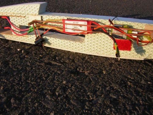 Detail upevnenia regulátora a prijímača na suchom zipse