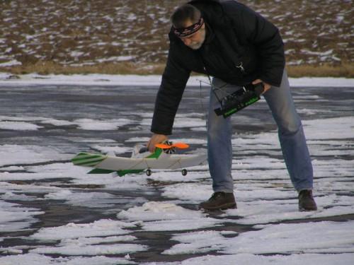 Dromadér po pristátí v rukách tvorcu a pilota